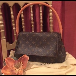 Louis Vuitton Handbags - Louis Vuitton 👛mini looping 💯 authentic