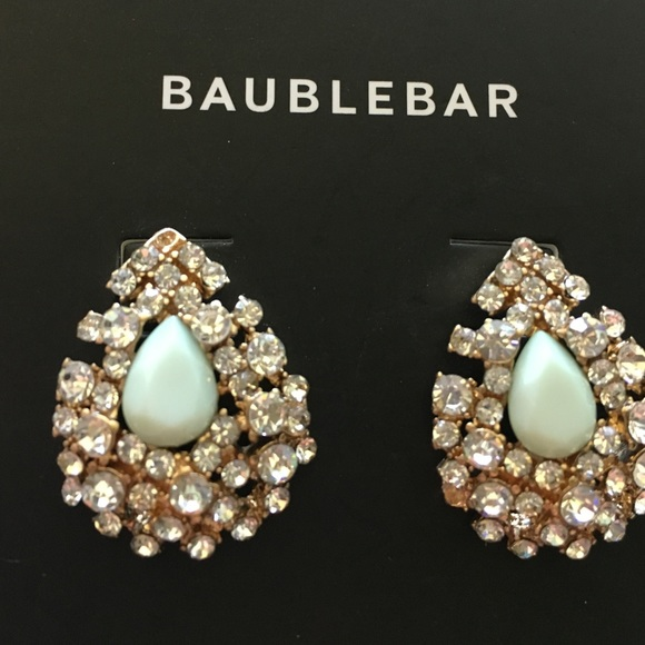 Stay ahead of the trends with an unparalleled selection of chic fashion jewelry at BaubleBar. Find guilt-free prices with free shipping & returns.