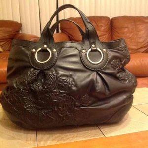 Sapaf black leather shoulder bag with design