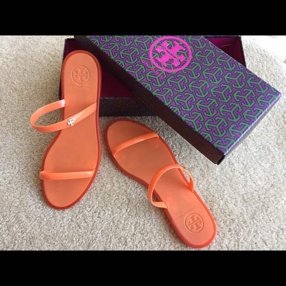 d096169269ac Tory Burch Jelly Slide Flat Rubber Gold Logo. M 58bbf7e6620ff726aa08bf19