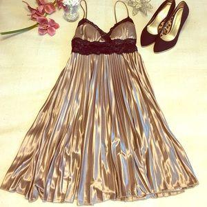 XOXO Dresses & Skirts - EUC XOXO Gold & Black Lace Dress