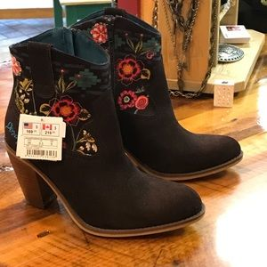 Desigual Shoes - 🌺beautiful brown suede boots