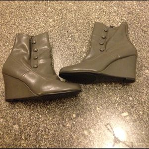 AEROSOLES Shoes - Like new Aerosols boots gray size 9
