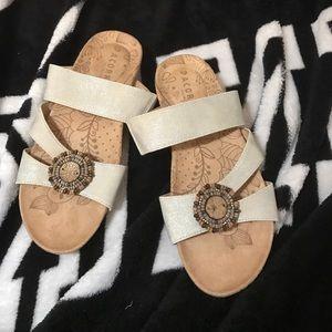 Acorn Shoes - Nwot acorn sandals very pretty white gold Sz 6w