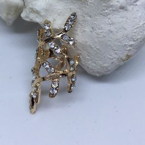 Jewelry - Gold tone ear cuff