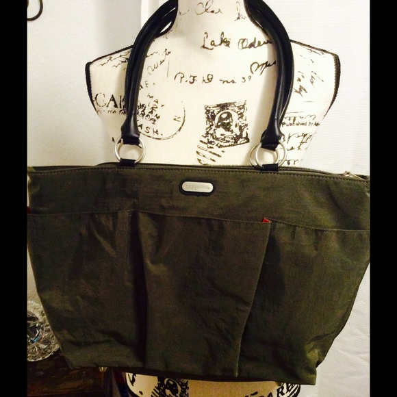 73 off baggallini handbags baggallini tote bag with a lot of pockets from doris 39 s closet on. Black Bedroom Furniture Sets. Home Design Ideas