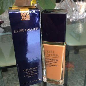 "Estee Lauder Other - Estee lauder foundation ""amber honey"" 5n2"