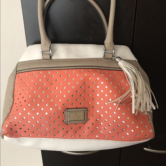 38c8c5ad4170 Guess white coral cream shoulder bag. M 58c45668fbf6f928ef00368c