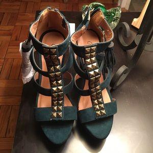 💕VDAY SALE💕Stunning Heels with Metal Detail