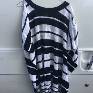 Lola black and white poncho