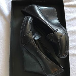 Kenneth Cole Reaction wedge black shoes.