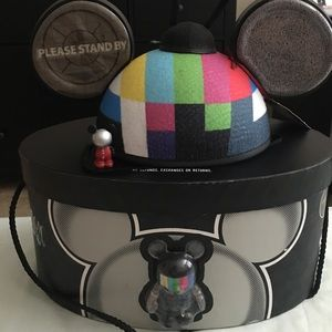 """Disney vinylmation """"Please Stand By"""" hat"""