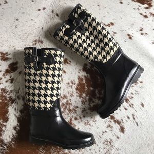 Banana Republic Shoes - Banana Republic houndstooth rain boots 8