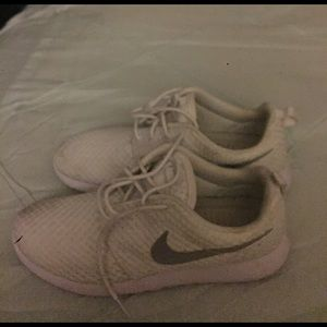 White women Roshe Run size 8