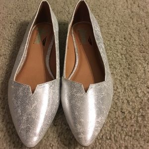Shoes - Metallic silver pointy flat