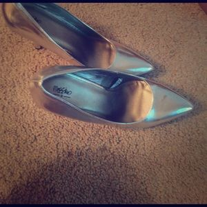 Metallic pointed toe silver pumps