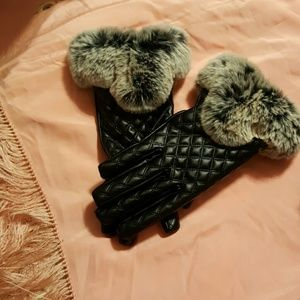 Accessories - Black gloves with grey fur