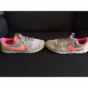 NIKE Gray Suede Athletic Shoes Sz 7 1/2