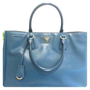 Prada Handbags - 💞 Authentic Prada saffiano leather medium  tote.