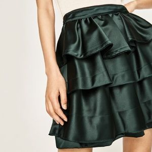 HP💥NWT [zara] green ruffled satin skirt