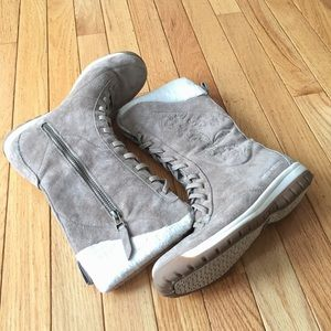 Helly Hansen Shoes - Helly Hansen taupe faux fur winter boots 6