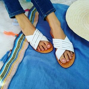 //The Caroline// White criss cross Sandal