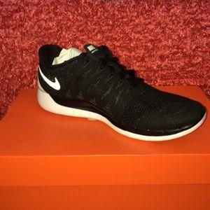 Women's Nike Free 5.0- Black/ White