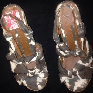 new directions Shoes - NEW DIRECTION WEDGE  SIZE 6 1/2  OLIVE& offwhite