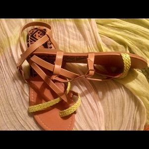 Quipid Sz 8 Strappy Sandals Like New