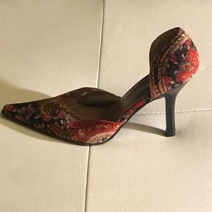 Highlights Shoes - ⬇️Price Drop⬇️Highlights Embroidered Kitten Heel