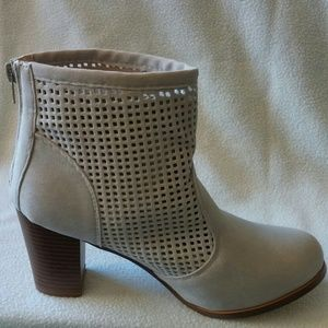 WOMEN'S LASER CUT OUT SUEDE BOOTIE NUDE COLOR