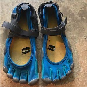 Vibram Shoes - DAMAGED VIBRAM FIVE FINGER SHOES 39