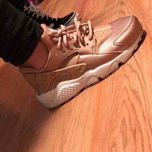 🔥Rose Gold Huaraches🔥 Size 7 but runs small