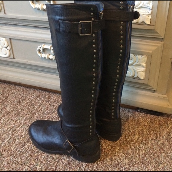 Tall Black Boots With Zipper Detail