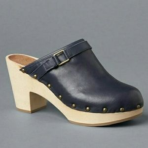 NEW GAP Navy Leather Wooden Clogs shoes size 6.5!