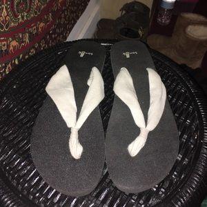 Sanuk Shoes - NWOT Sanuk flip flops