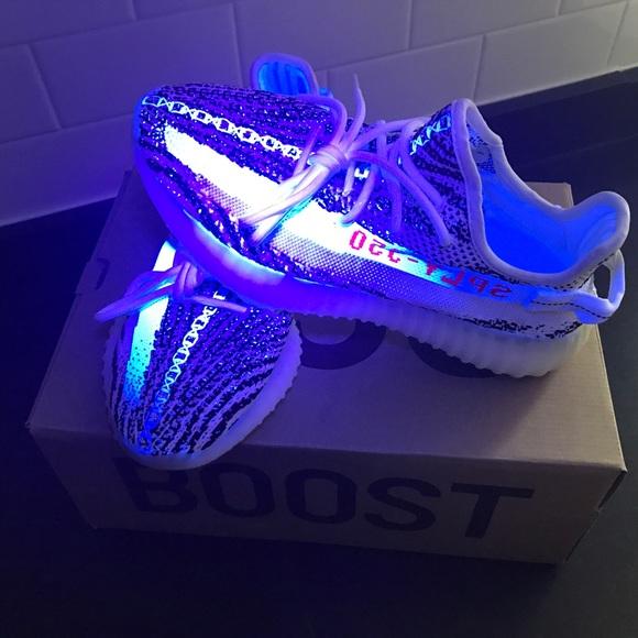 Le adidas yeezy 350 v2 zebre poshmark