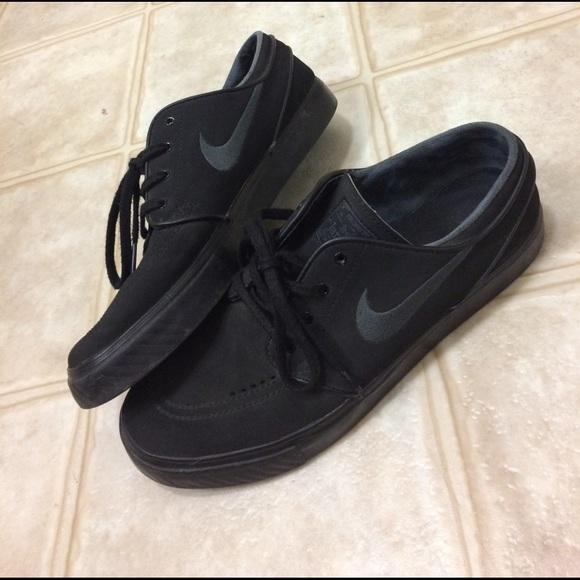 All black Nike SB Stefan Janoski shoes. M 58cf3a0f291a35f9b50e94a4 17ce384e2