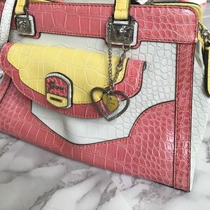 Guess Handbags - GUESS Spring Purse! 🌼
