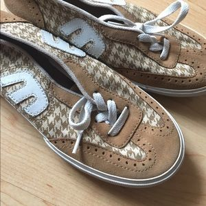 Etnies Shoes - NWOT Tan Etnies Slip On Sneakers 👟