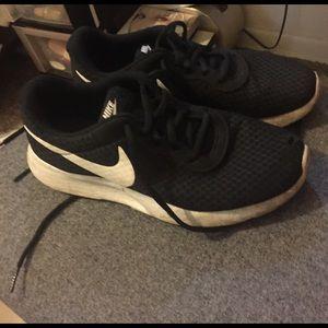 Nike Shoes - Nike roshes!
