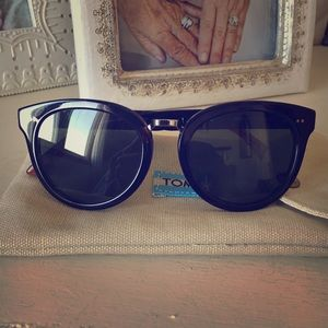 TOMS Accessories - TOMS Yvette Polarized Sunglasses *New*