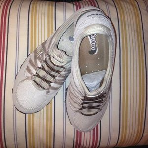 Skechers Shoes - NWT SKECHERS SIZE 7 CREAM AND TAN NWOT