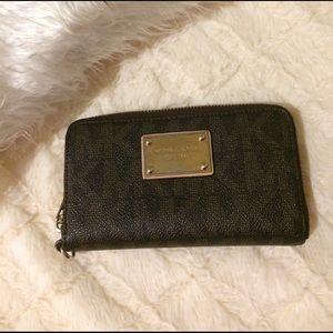Michael Kors Handbags - Michael Kors Jet Set wristlet wallet