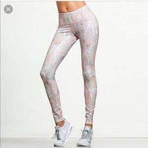 ALO Yoga Pants - ALO airbrush (light snakeskin)