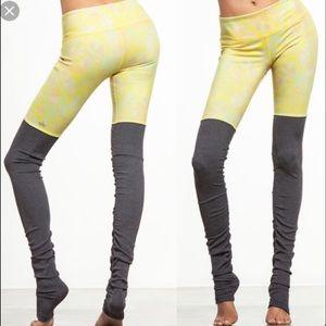 ALO Yoga Pants - ALO GODDESS (yellow print/grey)