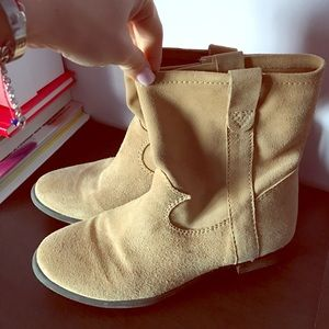 VINCE CAMUTO suede ankle booties. Size 7