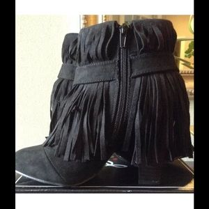 Qupid Shoes - Black faux suede booties