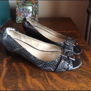 Ellen Tracy Shoes - NWOT Ellen Tracy size 8 faux snakeskin wedges