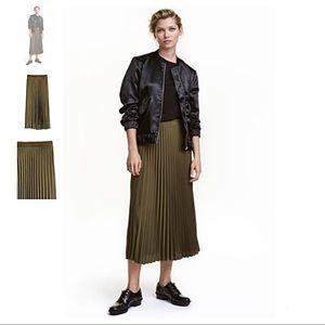 H&M Dresses & Skirts - H&M Pleated Midi Skirt